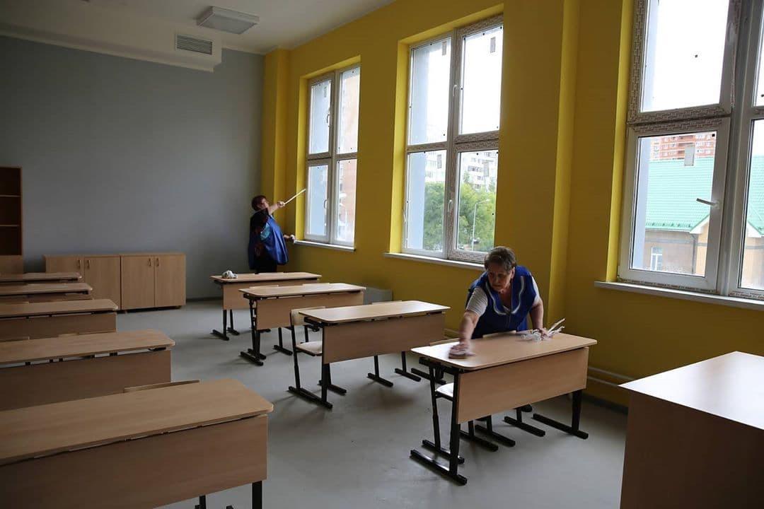 На данный момент на объекте завершаются работы в актовом зале и расстановка мебели, благоустройство прилегающей территории и установка малых архитектурных форм